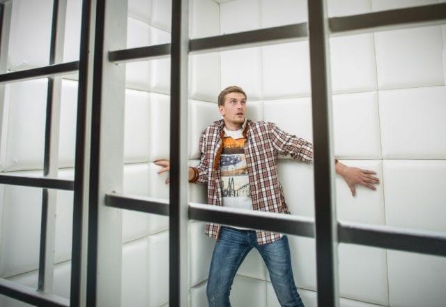 Клаустрофобы, оказываясь в замкнутом пространстве чувствуют себе как в клетке
