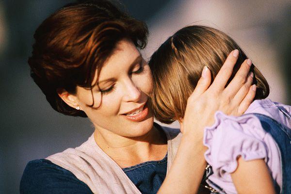 Многие тревоги у малыша легко снять лаской мамы